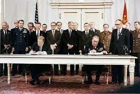 1972 El presidente Estados Unidos Richard Nixon, visita China y la Unión Soviética,Washington y Moscú  firman el tratado de limitación de armas SALT I