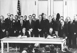 1979 El shah de Irán Mohamed reza Pahvlevi aliado de Washington es derrocado por una revolución islámica Estados Unidos y la URSS firman el SALT II la Unión Soviética invadan Istán el congreso estadounidense no ratifica el SALT II