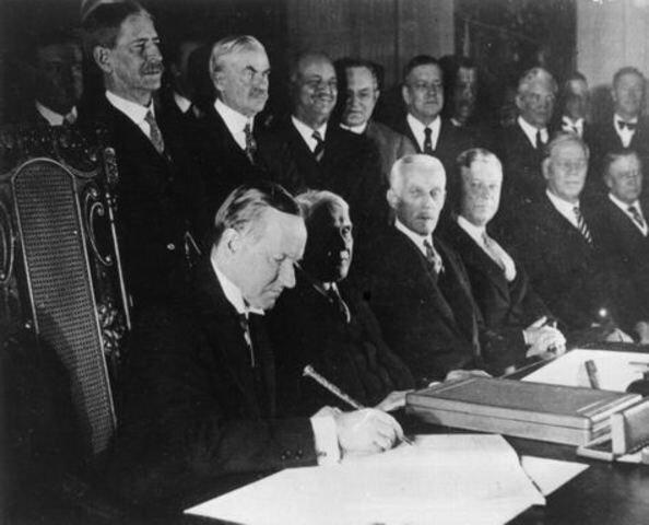 Se firma el  Pacto Briand-Kellog