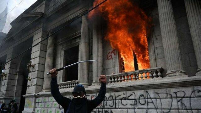 Protestas y quema del congreso