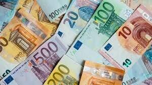 España participa en el nacimiento del euro como moneda.