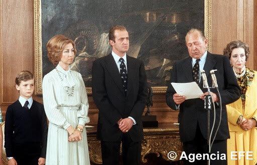 Don Juan de Borbón renuncia a sus derechos dinásticos.