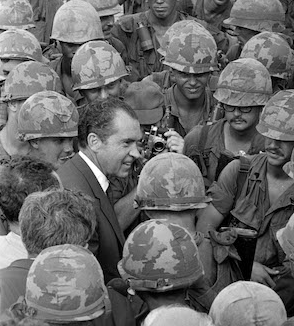 Nixon announces policy of Vietnamization