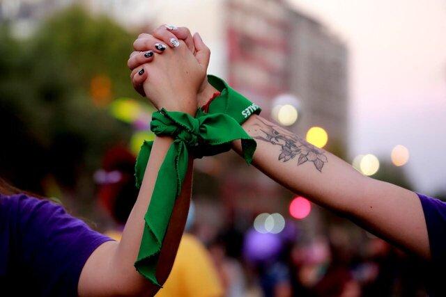 Dia Internacional de la Mujer Las calles se llenaron de pañoletas moradas y verdes este 8 de marzo. De Arica a Punta Arenas se registraron multitudinarias manifestaciones y marchas en el marco de la conmemoración del Día Internacional de la Mujer.