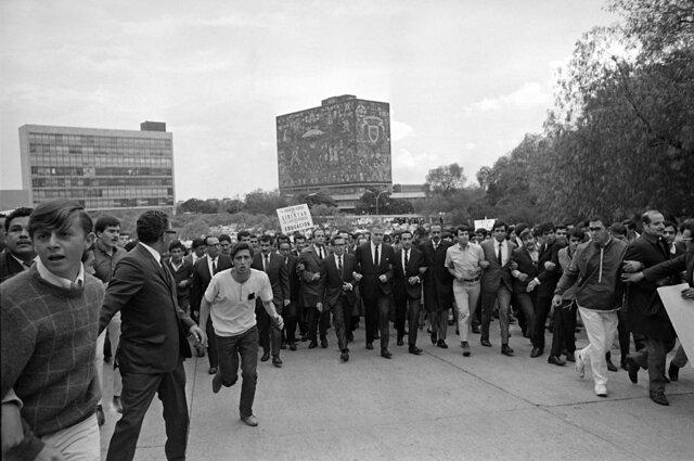 El rector encabeza la manifestación