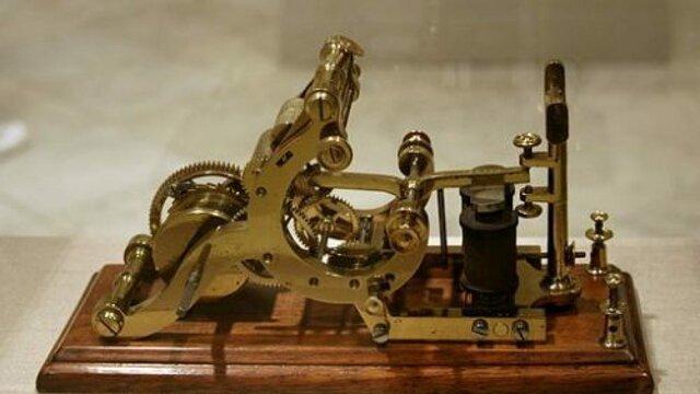 Morse inventa el telégrafo.
