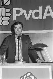 El PSOE gana las elecciones generales por mayoría absoluta y Felipe González se convierte en presidente del Gobierno. 1a legislatura. (28/octubre).