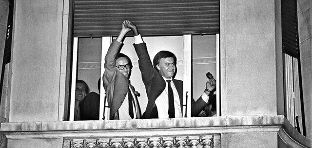 El PSOE gana las elecciones generales por mayoría absoluta y Felipe González se convierte en presidente del Gobierno. 1ª Legislatura