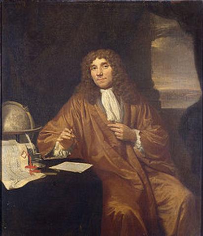 Antoni van Leeuwenhoek verbeterde rond die tijd de microscoop