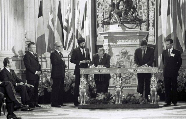 Adhesión de España a la CEE (1/enero)