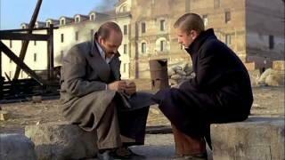 Don Luís y su hijo charlan tras el fin de la guerra.