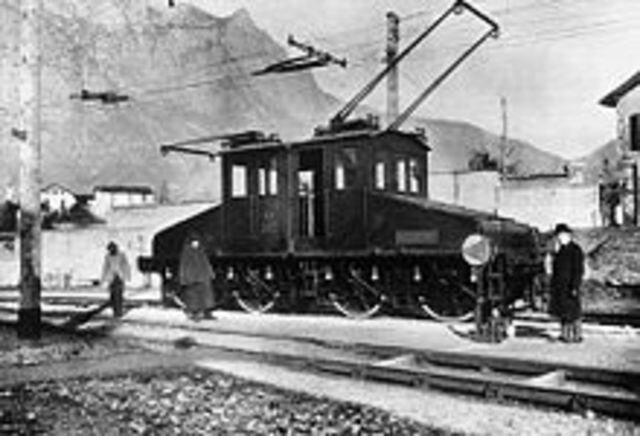 Werner Von Siemens presenta la primera locomotora eléctrica.