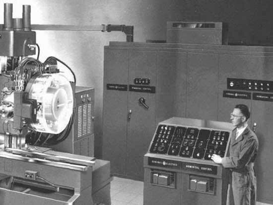 Primera máquina controlada por un computador.