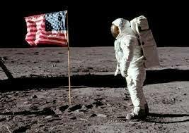 los americanos les mojaron la oreja enviando una nave tripulada a la luna (apolo XI).