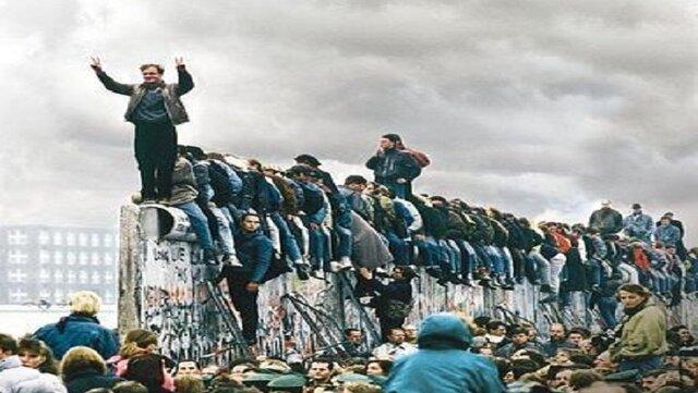 cae el muro de Berlín y supone la definitiva apertura de fronteras entre ambos bloques, el desmembramiento del bloque comunista, y el final del telón de acero y de la guerra fría.