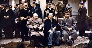 antes de que acabase la guerra se reunieron de Yalta Stalin, Churchill y Roosevelt como jefes de gobierno de la URSS, del Reino Unido y de Estados Unidos, respectivamente.