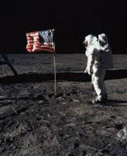 El hombre pisó la luna