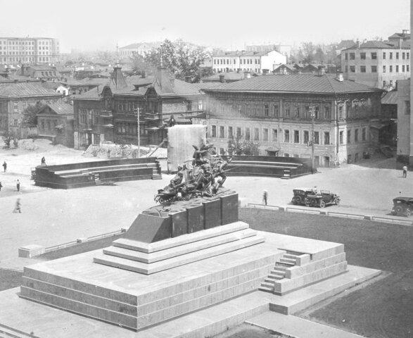 Установлен памятник Чапаеву около Драм. театра