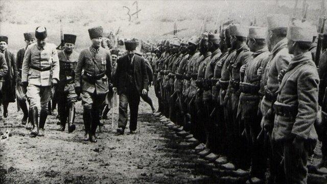 Gazi Mustafa Kemal, Dumlupınar Başkumandanlık Meydan Savaşı'nı kazandı.
