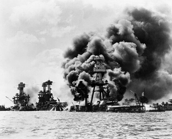 Ataque japonés sobre Pearl Harbor. EE.UU. entra en guerra
