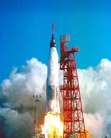 Primer vuelo orbital sobre la tierra por Estados Unidos.