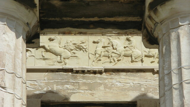 Phidias resculpte le Parthénon et la déesse Athéna pour l'Acropole