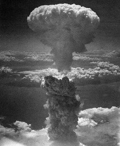Estados Unidos lanza bomba nuclear en Nagasaki.