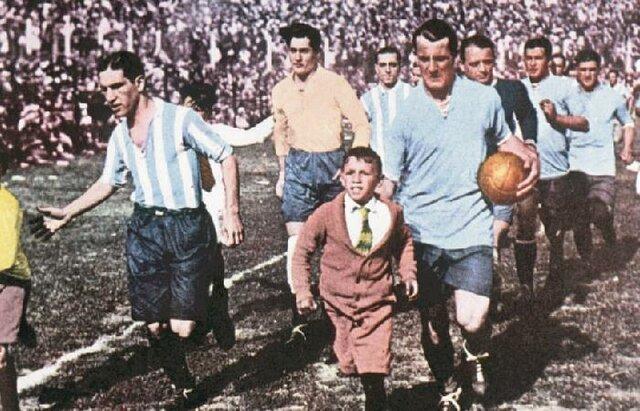 Se disputa el primer partido oficial entre selecciones fuera de las islas británicas