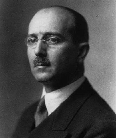 Hans Kelsen escribe la Teoría General del Derecho y del Estado, y hace la las teorías sobre la revisión de poderes.
