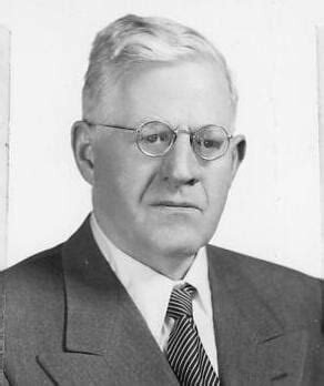Karl Lowenstein Escribió el Poder Político y la Constitución
