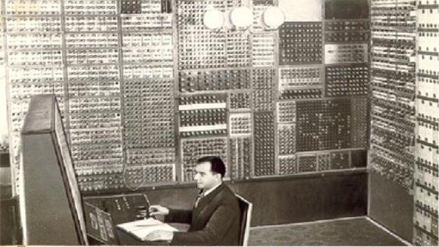 В СССР (в Киеве)  разработан электронный компьютер, похожий на ЭНИАК.