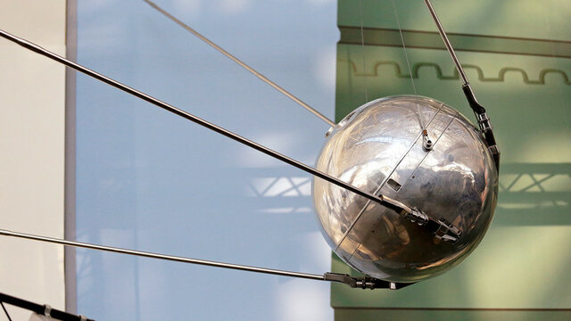 Primer satélite terrestre artificial