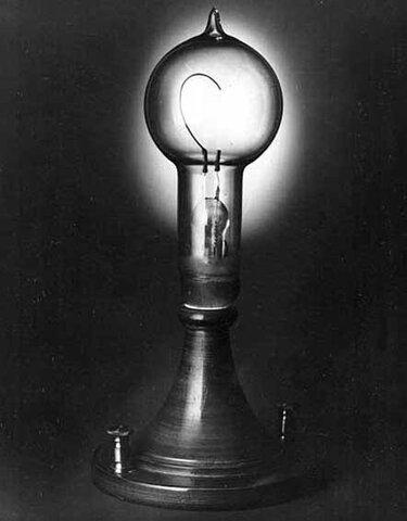 Edison presenta la lampara incandescente  en la Exposición Mundial de Paris.