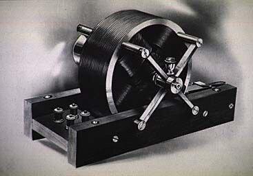 Tesla creo el motor de inducción de corriente trifásica.