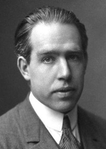 Niels Borh: voor zijn verdiensten bij het onderzoek naar de structuur van atomen en de straling die hierdoor wordt uitgezonden