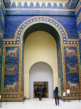 Nabuchodonosor II fait construire la porte d'Hishtar