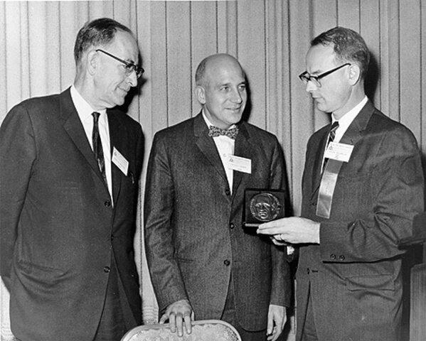Werner Arber, Daniel Nathans, Hamilton Smith y Günther Blobel