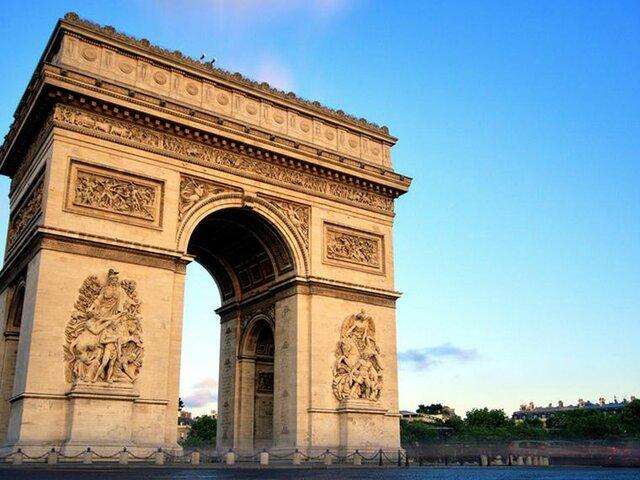 en París se acuerda la construcción del Arco de Triunfo, en memoria del Ejército napoleónico.