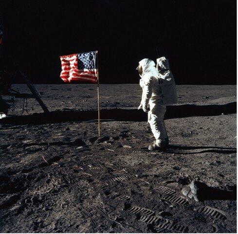 La misión estadounidense del apolo XI llegó a la luna en el contexto de lal carrera espacial.