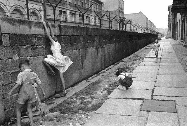 """Es construido el """"muro de Berlín"""" por la parte oriental comunista."""