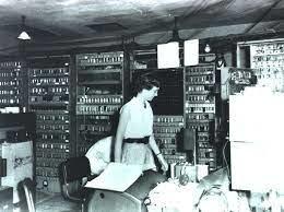 La computadora EDSAC corre su primer programa.