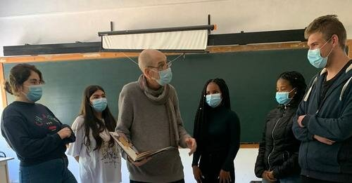 Construindo uma performance a partir de poemas de Fernando Pessoa.