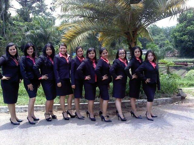 Foto grupal de graduación de la Universidad