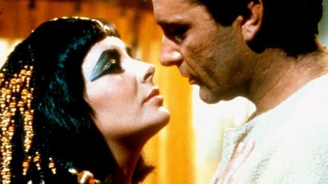 Caesar derrota a Ptolomeo XIII y devuelve a Cleopatra al trono.