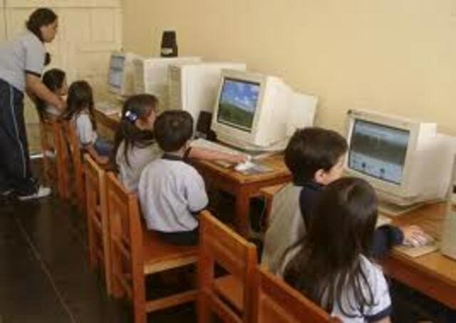Se introduce la computadora masiva en la educacion
