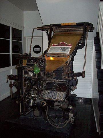 Invención de la linotipia (mecanización de la tipografía).