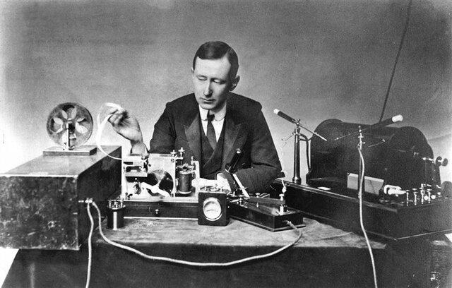 Marconi inventa el primer receptor de ondas hertzianas usando un oscilador eléctrico