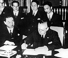 La Alemania nazi y la Italia fascista firman un tratado de cooperación el 25 de octubre; el 1 de noviembre, se anuncia el Eje Roma-Berlín.