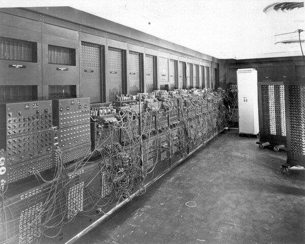 Джон Преспер Эккерт и Джон Уильям Мочли создали первый широкомасштабный электронный цифровой компьютер ЭНИАК