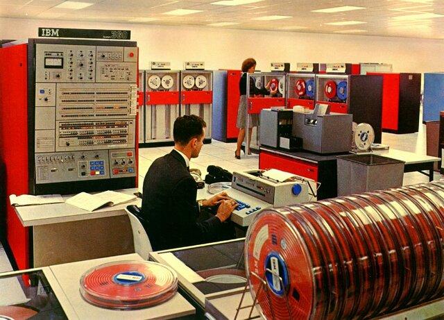 начат выпуск семейства машин третьего поколения IBM-360
